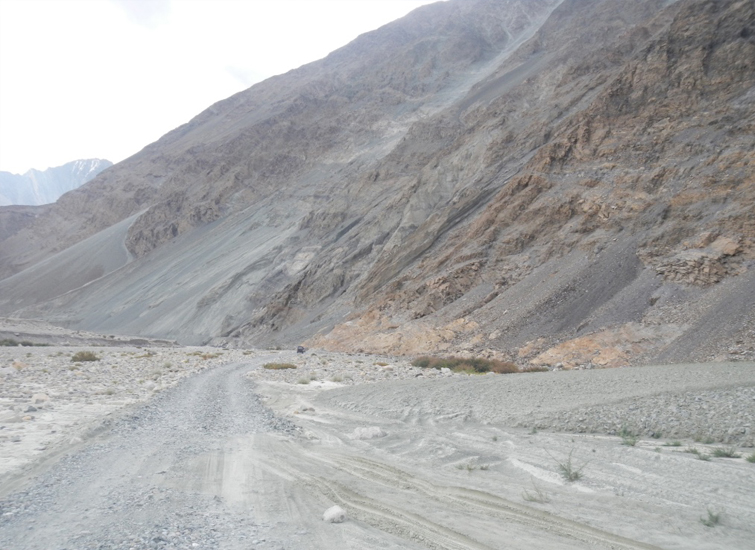 on-the-way-to-pangong-lake-from-Nubra-Valley2